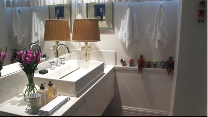 banheiro branco com detalhes
