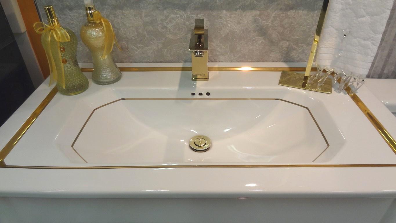 de mostrar aqui esse lavatório de porcelana com detalhes em ouro o  #634825 1365x768 Bancada De Banheiro De Luxo