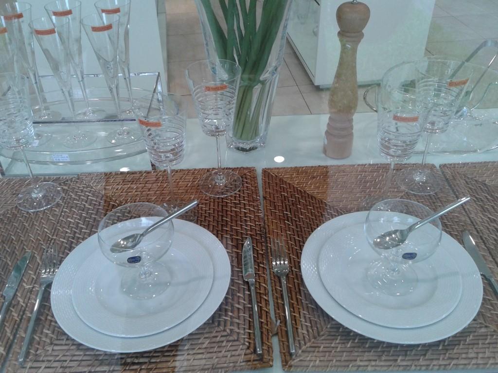 Mesa com rattan e branco no blog Detalhes Magicos