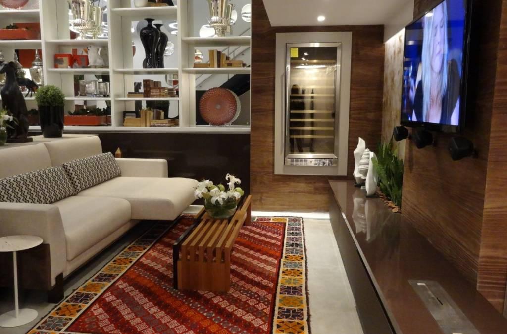 Sala de TV dentro do projeto do arquiteto Carlos Lemos