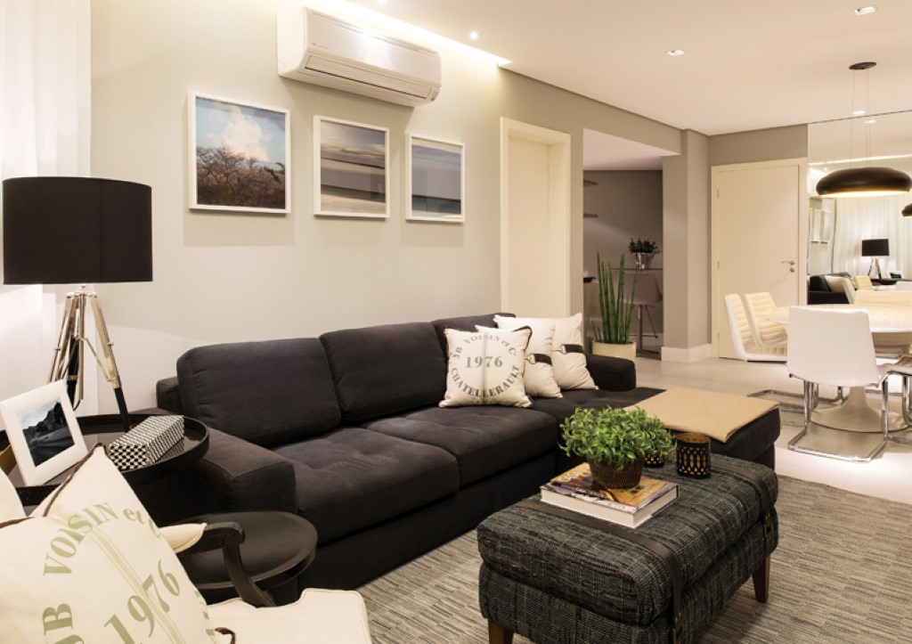 E na sala tem um lindo sof preto detalhes m gicos for Sala de estar com um sofa