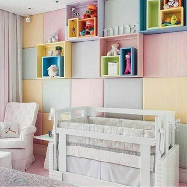Projeto Camila Klein Arquitetura com placas na parede, revestidas de tecido fazendo um colorido alegre e suave.